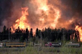 Cerca de 90.000 evacuados en Canadá por un incendio forestal sin control
