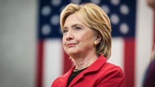 Clinton ya apunta contra Trump aunque Sanders sigue en carrera en las internas